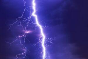 Os raios ou é uma descarga elétrica de grande intensidade que ocorre na atmosfera