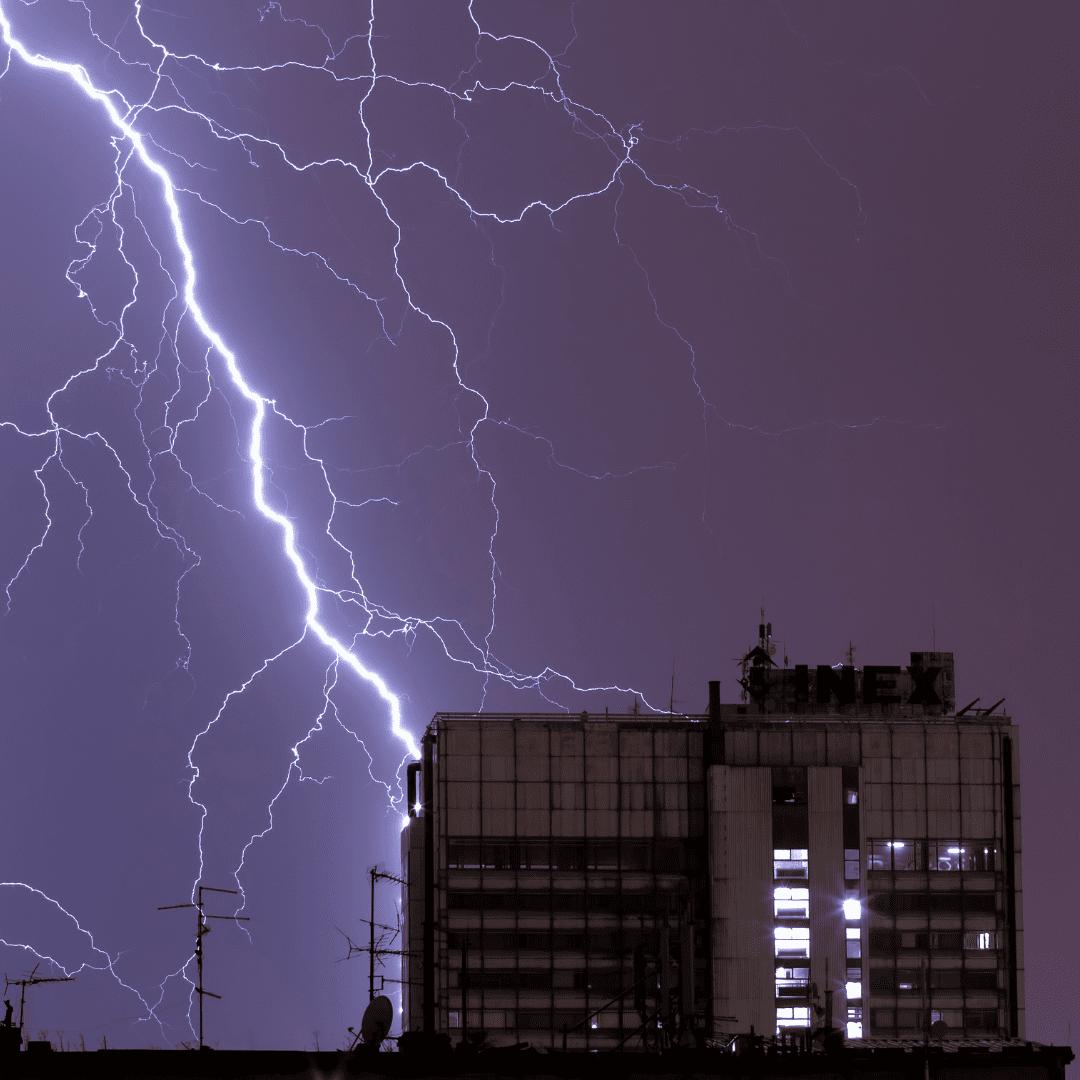 edificio-atingido-por-raios-descarga-atmosferica-para-raios-topo