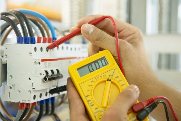Cadastro Elétrico sendo realizado em Quadro de Disjuntores