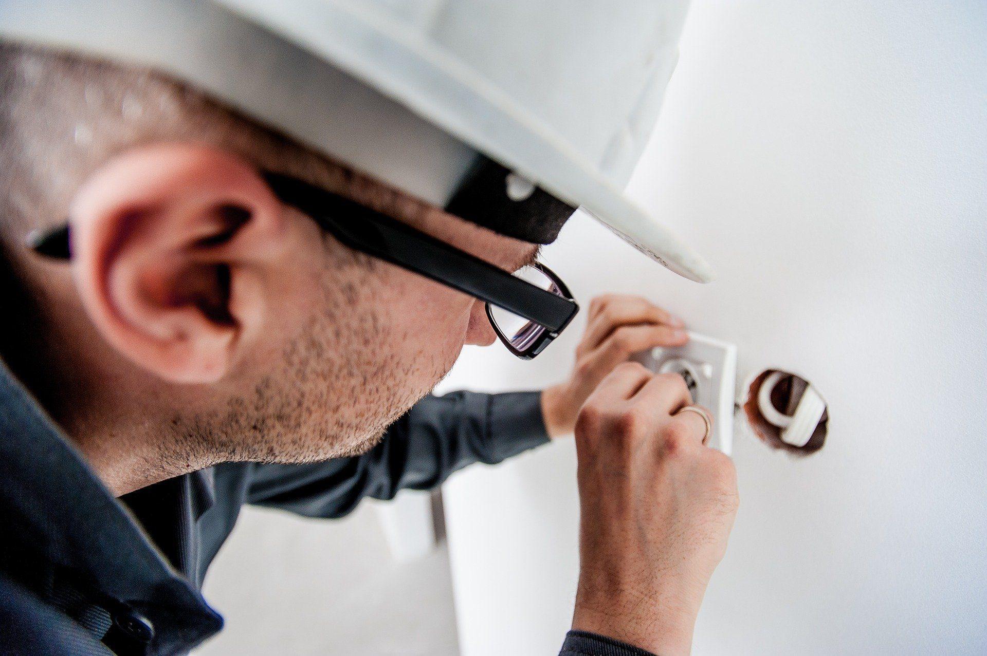 eletricista-trabalhando-eletrojr