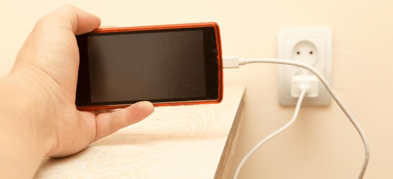 consequencias-de-usar-o-celular-carregando-eletrojr